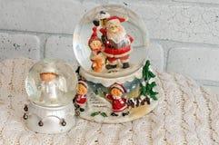 Globe de neige de Noël avec Santa Claus à l'intérieur Images stock