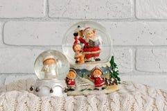 Globe de neige de Noël avec Santa Claus à l'intérieur Photographie stock