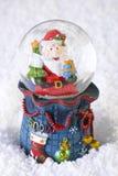 Globe de neige de Noël avec Santa Claus Photographie stock