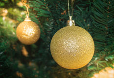 Globe de Noël d'or Image stock