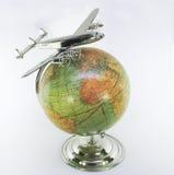 Globe de vintage avec l'avion de ligne au-dessus de l'Afrique Photo libre de droits