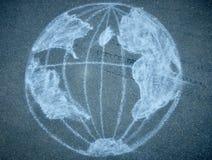 Globe dessiné avec la craie sur l'asphalte images libres de droits