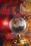 Globe en verre du monde sur l'abstrait Image stock