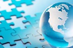 Globe en verre et puzzle non fini. Photo libre de droits