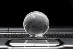 Globe en verre sur l'ordinateur portatif Image stock