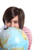 Globe et adolescent sur le blanc Image libre de droits