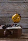 Globe et boussole sur la valise images libres de droits
