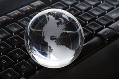 Globe et clavier Photos stock