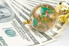 Globe et dollars en verre Images stock