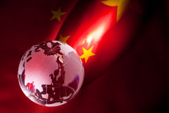 Globe et drapeau de la Chine photo stock