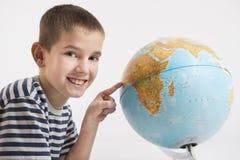 Globe et garçon heureux Photo stock