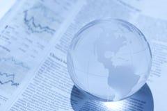 Globe et journal Photo stock
