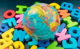 Globe et lettres colorées d'ABC faits de bois image libre de droits