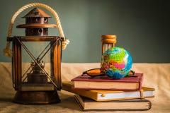 Globe et papeterie Photo stock