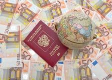 Globe et passeport sur un fond des euros Image stock