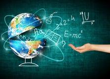 Globe et symboles de l'école Concept éducatif Illustration 3d de concept éducatif De nouveau au concept d'école Photos libres de droits