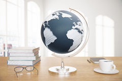 Globe et verres sur le bureau Images libres de droits