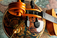 Globe et violon Image libre de droits