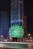 Globe lumineux à la place d'amitié la nuit, Dalian, Chine Photos stock
