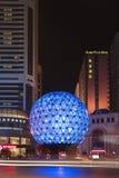 Globe lumineux, grand dos d'amitié, Dalian, Chine Photographie stock libre de droits