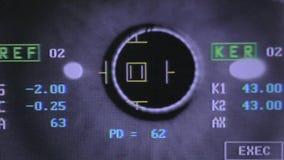Globe oculaire de examen automatisé moderne de machine Essai d'examen d'oeil sur un écran professionnel de matériel médical clips vidéos
