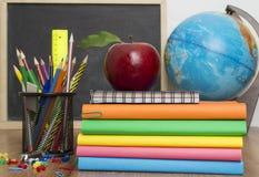 Globe, pile de carnet et crayons Accessoires d'études d'écolier et d'étudiant Photographie stock libre de droits