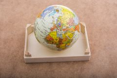 Globe placé sur le fond brun photo libre de droits