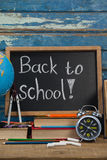 Globe, réveil, crayons, craie, livres et ardoise avec de nouveau au texte d'école Photos libres de droits
