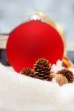 Globe rouge dans la neige Photo stock