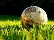 Globe se reposant dans l'herbe Photographie stock