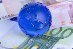 Globe sur d'euro billets de banque Images stock