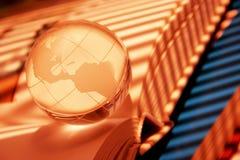 Globe sur des livres Photos stock