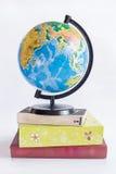 Globe sur des livres Images stock
