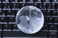 Globe sur l'ordinateur photographie stock libre de droits