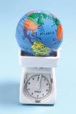 Globe sur la balance photographie stock libre de droits