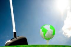 Globe sur la boule de golf sur l'herbe verte photos libres de droits