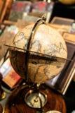 Globe sur la boussole sur l'affichage dans la boutique de cadeaux Photos stock