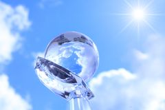 Globe sur la main cristal. Images stock