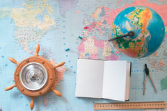Globe sur le fond de la carte du monde Image libre de droits