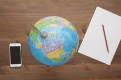 Globe sur le fond en bois Image libre de droits
