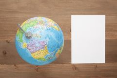 Globe sur le fond en bois Photo stock