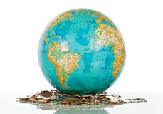 Globe sur les pièces de monnaie Photo stock