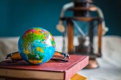 Globe sur livres au travail Photographie stock