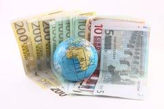 Globe sur un euro Photos stock