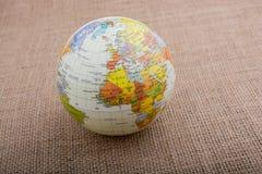 Globe sur un fond brun de tissu image libre de droits