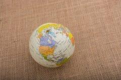 Globe sur un fond brun de tissu photographie stock