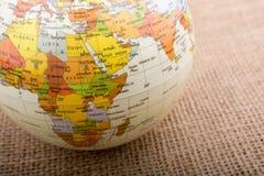 Globe sur un fond brun de tissu image stock