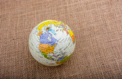 Globe sur un fond brun de tissu photo libre de droits