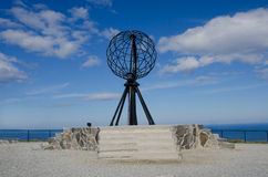 Globe symbolique au cap du nord Nordkapp photographie stock