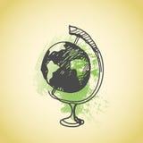 Globe tiré par la main de griffonnage Contour de stylo de Brown, fond vert de grunge d'aquarelle Géographie, école, éducation Photographie stock libre de droits